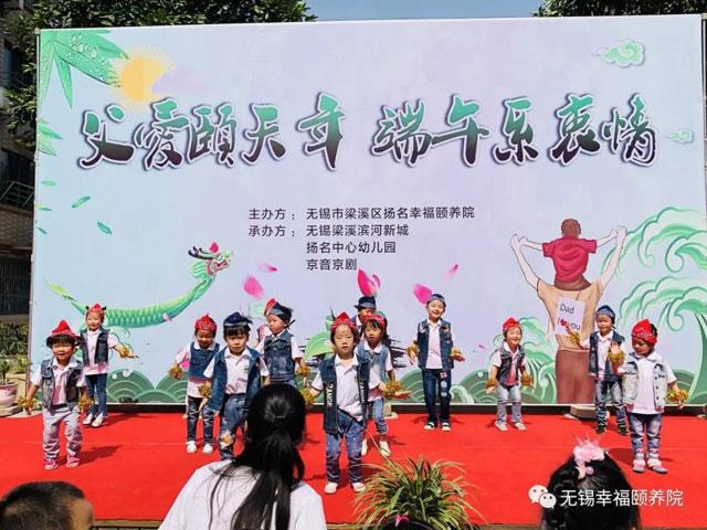可爱的孩子们洋溢着青春的活力, 幼儿园小班表演舞蹈《小鸡小鸡》.